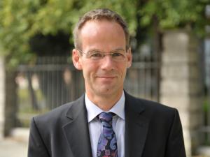 zeigt ein Portrait von Herrn Dr Thomas Koch
